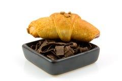 碗巧克力新月形面包荷兰语剥落 免版税库存图片