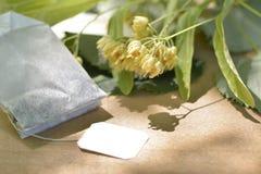 碗开花木玻璃菩提树表茶的椴树属 免版税库存照片