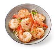 碗意粉和油煎的大虾 库存图片