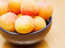 碗成熟桃子 免版税库存照片