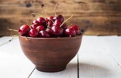 碗成熟红色樱桃 免版税库存照片