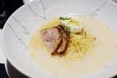 碗拉面用鸡蛋和牛肉 免版税库存图片