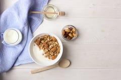 碗整个五谷muesli用在白色背景,顶视图的酸奶 库存照片