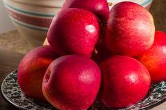 碗新近地摘的红色苹果 免版税库存图片