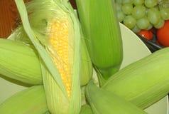碗新鲜玉米棒的玉米 免版税库存图片