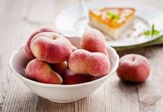 碗新鲜的桃子 免版税库存照片