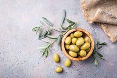 碗新鲜的橄榄 图库摄影