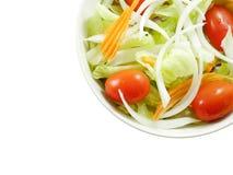 碗新鲜的沙拉 顶视图 (与裁减路线) 免版税库存图片