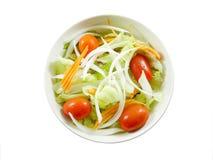 碗新鲜的沙拉 顶视图 (与裁减路线) 免版税库存照片