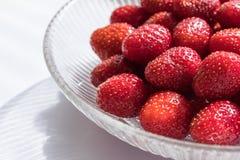 碗新鲜的玻璃草莓 免版税库存图片