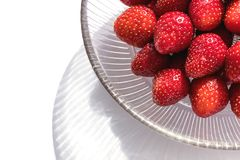 碗新鲜的玻璃草莓 免版税库存照片