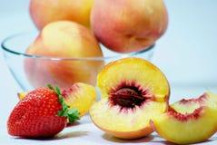 碗新鲜的采撷桃子 库存照片