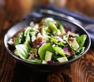 碗新鲜的鲕梨菠菜沙拉 免版税库存照片