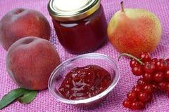 碗无核小葡萄干果子玻璃果酱桃子 免版税库存照片