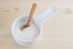 碗木匙子的糖 免版税库存照片