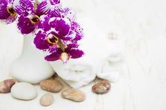 碗构成浮动的gerber温泉向毛巾扔石头 免版税图库摄影