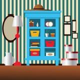 碗柜、镜子、灯、花瓶和箱子在屋子里 免版税库存照片