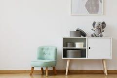 碗柜和薄菏椅子 免版税库存图片