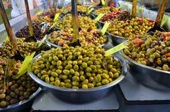 碗橄榄待售在一个市场上在法国 图库摄影