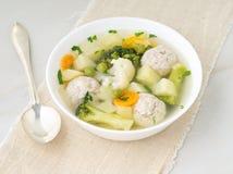 碗汤、一个杯子汤和菜,丸子由火鸡制成和鸡,侧视图 免版税库存图片