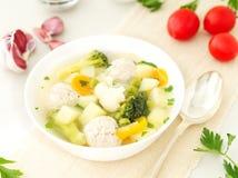 碗汤、一个杯子汤和菜,丸子由火鸡制成和鸡,侧视图 库存照片