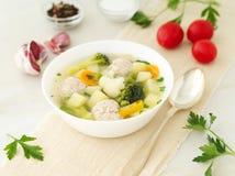 碗汤、一个杯子汤和菜,丸子由火鸡制成和鸡,侧视图 图库摄影