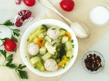 碗汤、一个杯子汤和菜,丸子由火鸡制成和鸡,顶视图 免版税图库摄影