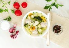 碗汤、一个杯子汤和菜,丸子由火鸡制成和鸡,顶视图 免版税库存照片