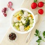 碗汤、一个杯子汤和菜,丸子由火鸡制成和鸡,顶视图 库存照片