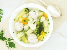 碗汤、一个杯子汤和菜,丸子由火鸡制成和鸡,顶视图 库存图片