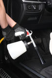 碗汽车推力增强的油替换服务 内部工作者洗涤物由的特别擦净剂 库存图片