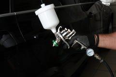 碗汽车推力增强的油替换服务 处理汽车一块保护层 免版税图库摄影
