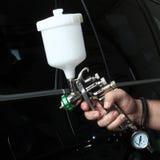 碗汽车推力增强的油替换服务 处理汽车一块保护层 库存照片
