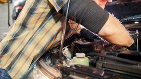 碗汽车推力增强的油替换服务 支持有开放敞篷的汽车和修理汽车的技工人 股票视频