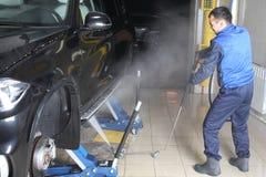 碗汽车推力增强的油替换服务 汽车高压的洗涤物 免版税库存图片