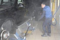 碗汽车推力增强的油替换服务 汽车高压的洗涤物 图库摄影
