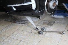 碗汽车推力增强的油替换服务 汽车高压的洗涤物 库存照片