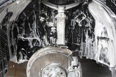 碗汽车推力增强的油替换服务 轮子适当位置的洗涤物在压力下 库存照片