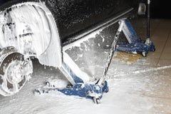 碗汽车推力增强的油替换服务 轮子适当位置的洗涤物在压力下 免版税图库摄影