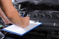 碗汽车推力增强的油替换服务 免版税图库摄影
