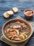 碗法式海鲜汤 免版税库存照片