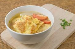 碗泰国煎蛋卷汤用蕃茄和切好的薤 免版税库存图片