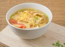 碗泰国煎蛋卷汤用蕃茄和薤 库存照片