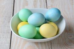 碗淡色复活节彩蛋 图库摄影