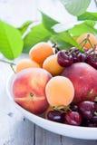 碗混杂的果子和莓果 免版税库存照片
