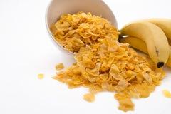 碗溢出的玉米片用香蕉 库存照片