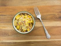 碗炒蛋用土豆和火腿 免版税图库摄影