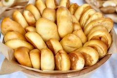 碗烤箱新鲜的被烘烤的小馅饼,俄国pirozhki 免版税库存照片