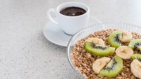 碗燕麦粥和一杯咖啡 免版税库存照片