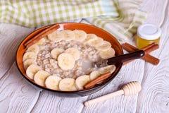 碗燕麦粥粥用香蕉 免版税图库摄影